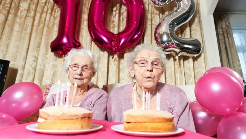 Foto: Cele mai în vârstă gemene din Marea Britanie au împlinit 102 ani. Poze de la sarbatoare