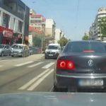 Foto: Gest demn de apreciat! Un șofer a coborât din mașină pentru a ajuta un bărbat să traverseze strada