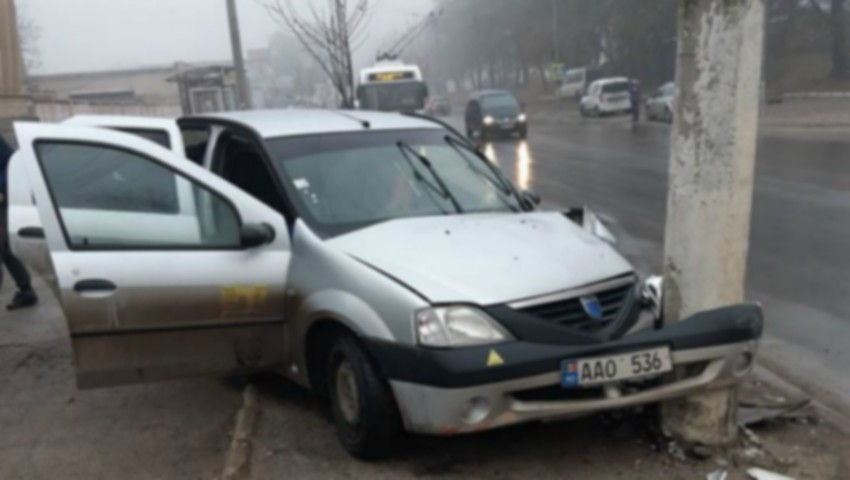 Foto: Un taximetrist din Capitală a intrat într-un stâlp. Pasagera, o femeie de 30 de ani, a ajuns la spital