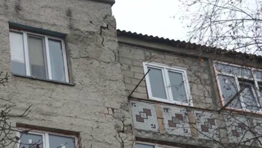 Foto: Un bloc din Șoldănești a fost grav afectat după cutremurul de săptămâna trecută. Oamenii au părăsit locuințele
