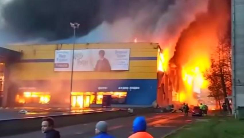 Foto: Video. Incendiu puternic într-un hipermaket din Sankt Petersburg. Peste 800 de oameni evacuaţi de urgență