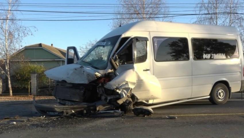 Foto: Accident grav cu implicarea unui microbuz de rută: 10 oameni au ajuns la spital