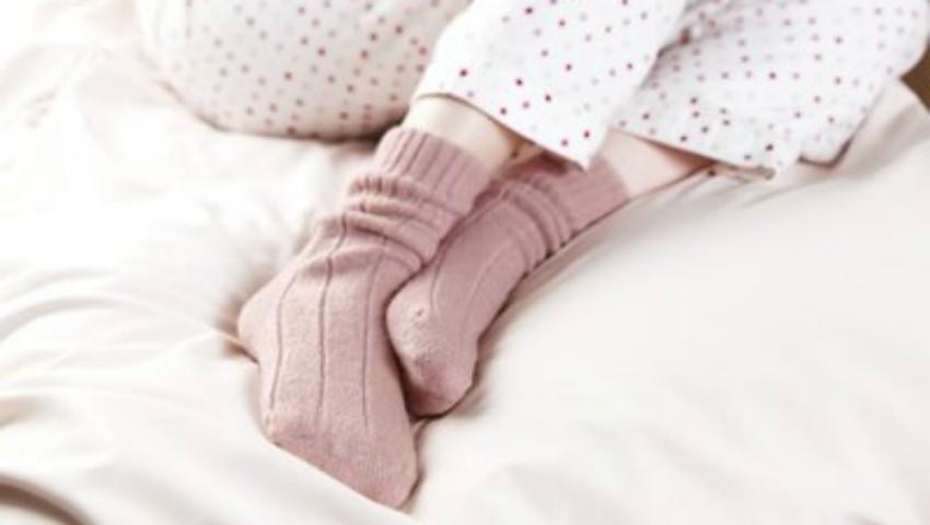 Foto: Ce se întâmplă cu corpul tău dacă iarna dormi în șosete