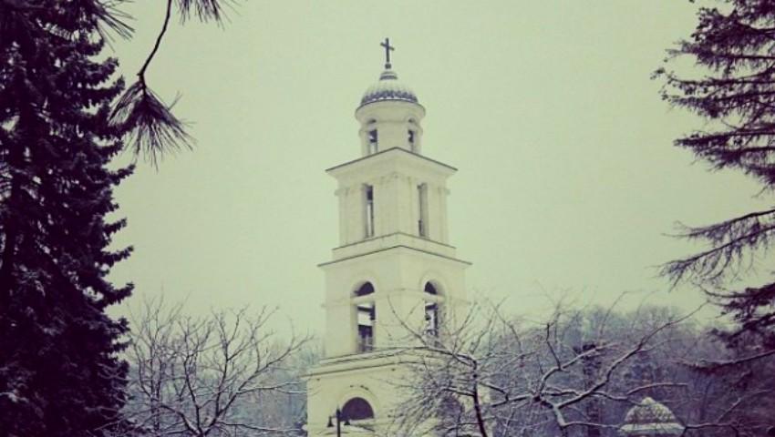 Foto: În Capitală au căzut primii fulgi de zăpadă. Video!