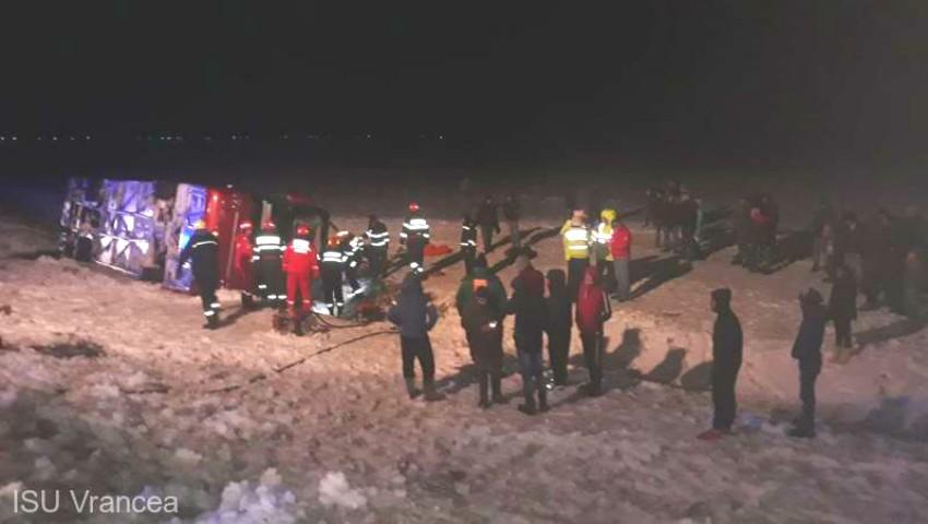Un autocar cu moldoveni care se întorcea din Italia, s-a răsturnat în Vrancea. O persoană a decedat