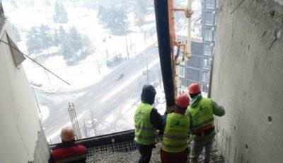A fost restabilit cel de-al treilea planșeu, dintre etajele 15 și 16, ale blocului afectat de explozie. Vezi mai multe imagini