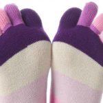Foto: Dormi cu picioarele goale sau cu șosete! Află ce semnifică această obișnuință