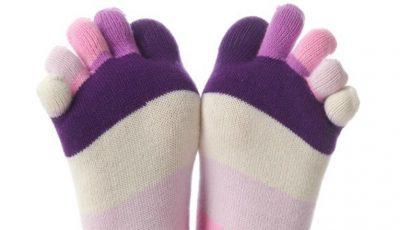 Dormi cu picioarele goale sau cu șosete! Află ce semnifică această obișnuință