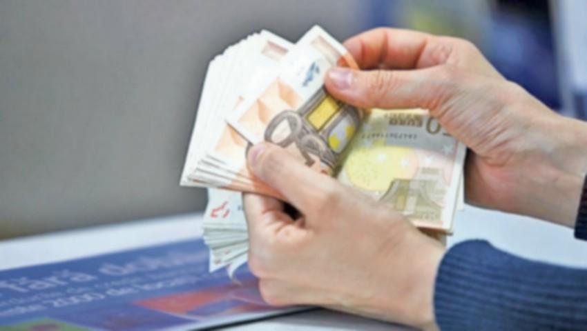 Foto: Gafă monumentală la o casă de schimb valutar. O casieră a eliberat 5 mii de euro în loc de 5 mii de ruble rusești