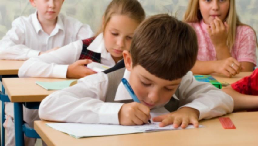 Foto: Părinţii vor depune dosarele online, pentru a-și înscrie copiii la școală