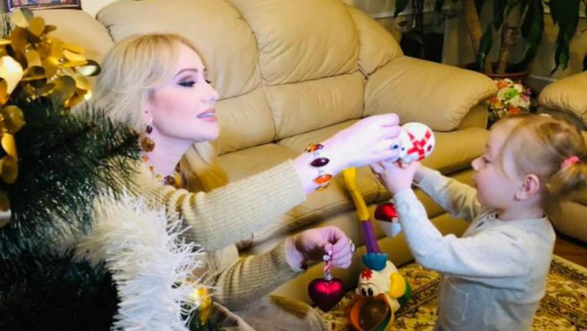 Foto: Clipe emoționante! Adriana Ochișanu și Mihaela au împodobit Bradul de Crăciun