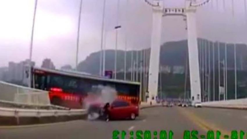 Foto: Video. Accident teribil în China: un autobuz a căzut de pe un pod, după o altercație între şofer şi o pasageră. Toți oamenii au murit