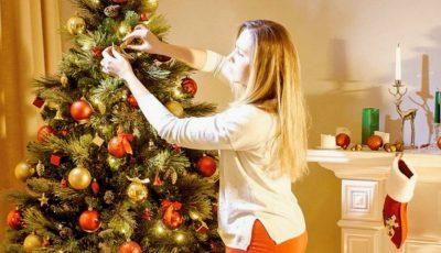 Cum să împodobeşti cât mai frumos un brad de Crăciun. Sfaturi de la experți