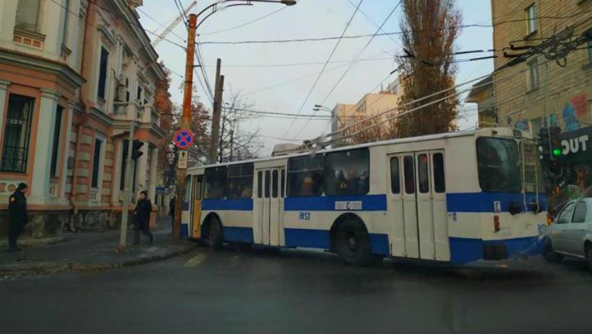 Foto: Accident matinal în Capitală: un troleibuz plin cu pasageri a intrat într-un stâlp