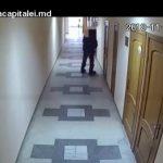 Foto: Video. Momentul în care un hoț intră într-o policlinică din capitală și jefuiește o angajată
