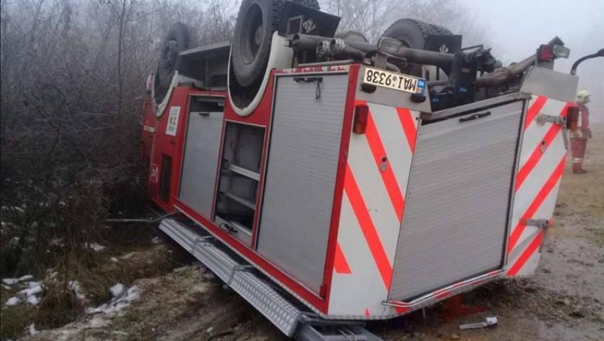Foto: O mașină de pompieri s-a răsturnat în drum spre un incendiu