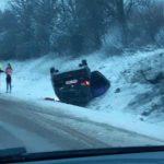 Foto: O șoferiță s-a inversat cu mașina lângă Stăuceni. A tras o sperietură soră cu moartea