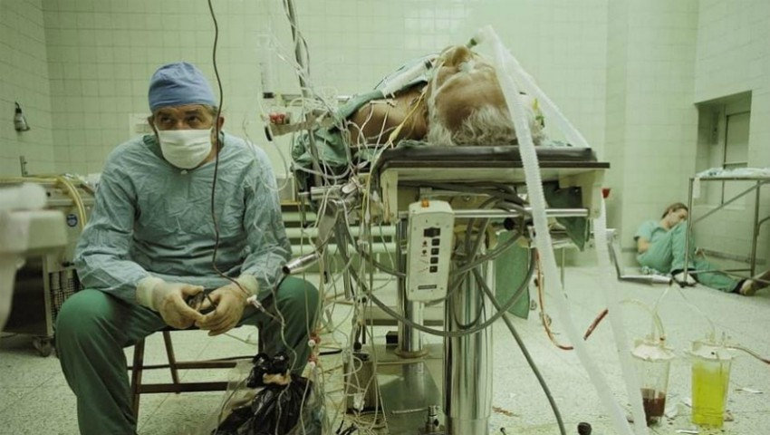 Foto: Un chirurg polonez se odihnește după o operație de 23 de ore. Ce s-a întâmplat cu pacientul său?