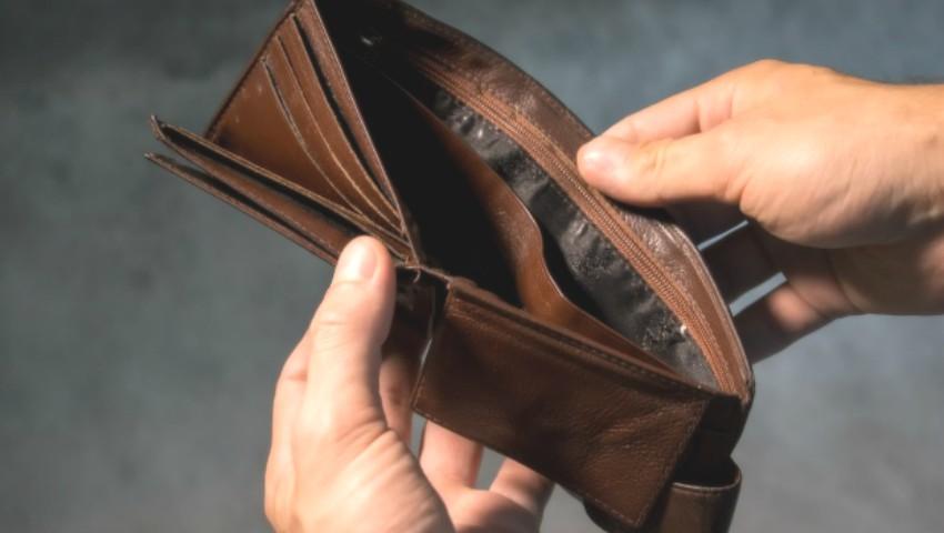 Foto: Un bărbat și-a găsit portofelul cu bani, la 4 ani după ce l-a pierdut într-un parc