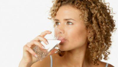 Persoanele care dorm mai puțin trebuie să consume mai multă apă
