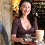 Foto: Angela Gonța, așa cum n-ai mai văzut-o. Vezi cum s-a descurcat în calitate de chelneriță