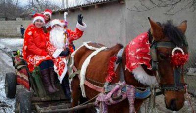 O femeie din Găuzeni a îmbrăcat costumul tradițional și a devenit Moș Crăciun pentru toți copiii din localitatea sa