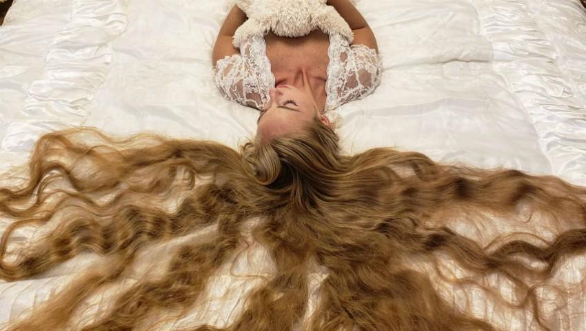 Foto: Cum arată părul acestei tinere, care nu s-a tuns de 28 de ani