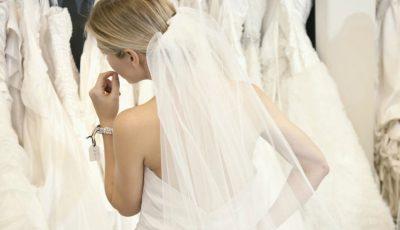 O interpretă de la noi probează rochii de mireasă. Bat clopote de nuntă?