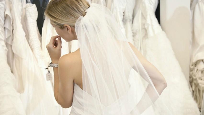 Foto: O interpretă de la noi probează rochii de mireasă. Bat clopote de nuntă?