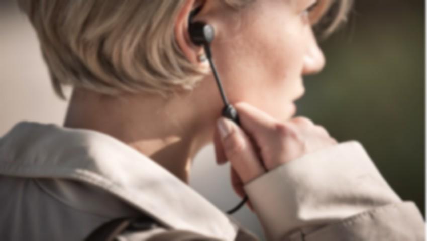 Foto: Patru persoane au decedat, în 2018, deoarece ascultau muzică la căşti în timp ce încărcau telefonul