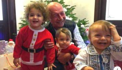 Traian Băsescu, alături de familie şi cei patru nepoţi, la sărbătoarea Crăciunului