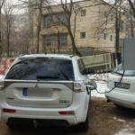 Foto: Un șofer din Capitală își încarcă în curte mașina electrică