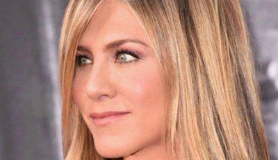 Un truc simplu pentru o aplicare perfectă a rujului recomandat de actrița Jenifer Aniston