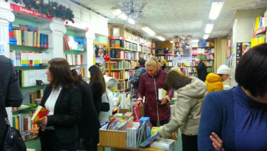 Foto: Vine Moș Nicolae! Cărți bune cu reduceri de 50%, în câteva librării din Capitală