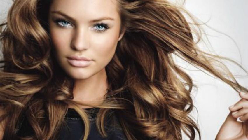 Foto: De ce să nu îți dai cu parfum în păr