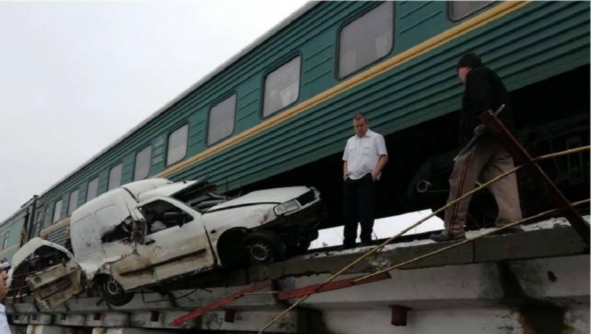 Foto: Accident îngrozitor la Strășeni: un șofer a intrat sub tren și a fost târât câțiva metri