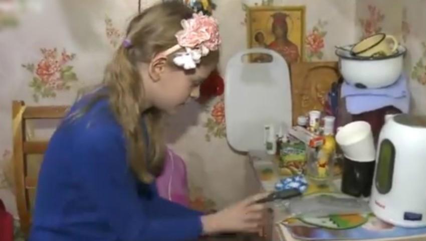 Foto: O fetiță de 8 ani are grijă de mama sa, țintuită la pat. Soarta ei nu te poate lăsa indiferent!