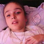 Foto: Boala crâncenă a imobilizat-o în scaunul cu rotile, iar fiecare zi este un chin și o durere pentru Maria și mama ei