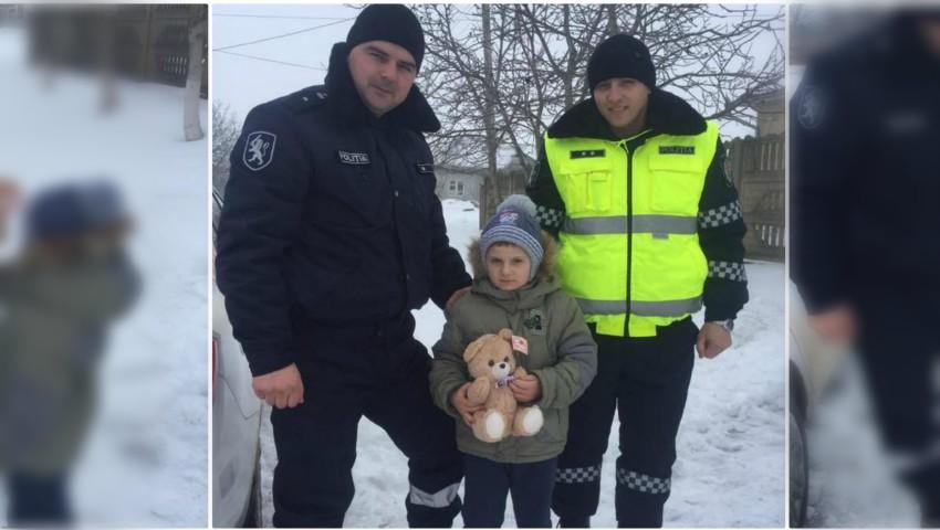 Foto: Un băiețel de 6 ani rămas orfan în urma unui accident, a fost vizitat de către polițiștii Inspectoratului Național de Patrulare