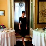 Foto: A călătorit în aproximativ 90 de țări! O româncă este stewardesa familiei regale din Emiratele Arabe