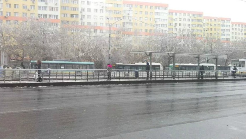 Foto: În București nu mai circulă nici un troleibuz din cauza firelor pline de gheață. Vremea a făcut prăpăd!