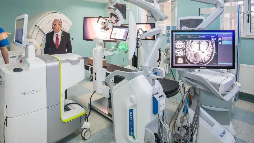Foto: Un spital din Iași a achiziționat cel mai performant robot în chirurgie spinală și neurochirurgie din lume