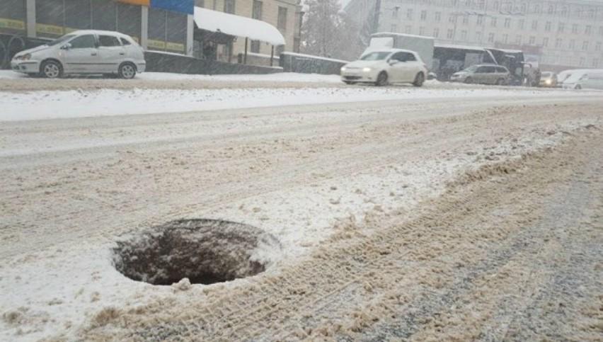 Foto: Necaz pentru șoferi! O gură de canalizare, în centrul capitalei, stă descoperită de 2 săptămâni