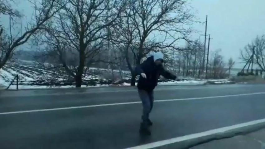 Foto: Video viral. Un tânăr patinează pe gheața formată pe carosabil