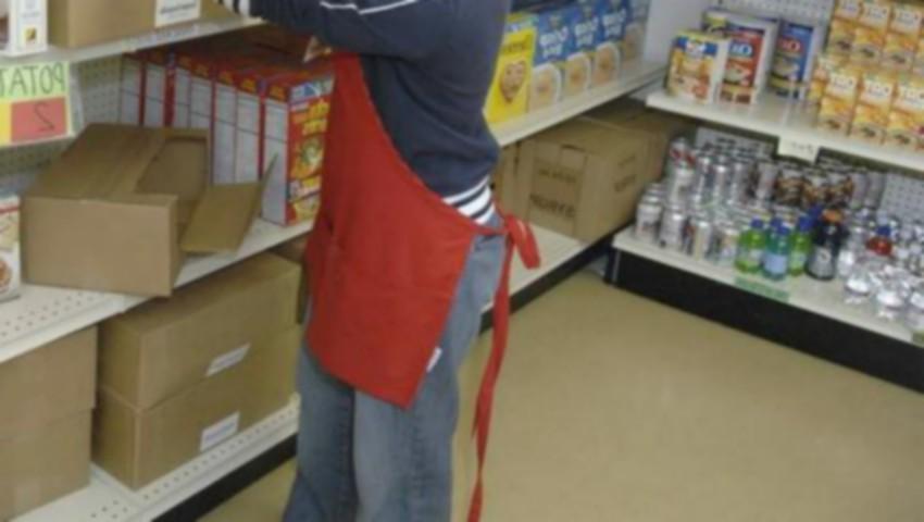 Foto: O vânzătoare a fost amenințată cu pistolul de un hoț, care a furat banii și a fugit