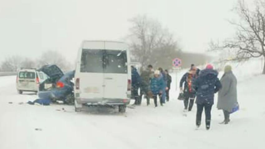 Foto: Accident grav cu implicarea unui microbuz de rută. Sunt răniți