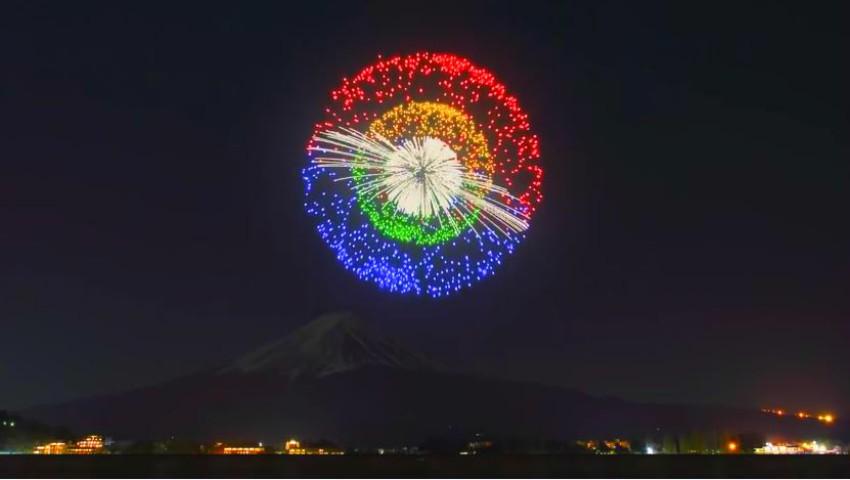 Foto: Japonezii au lansat focuri de artificii de pe vârful unui munte. Imagini care îți taie respirația!
