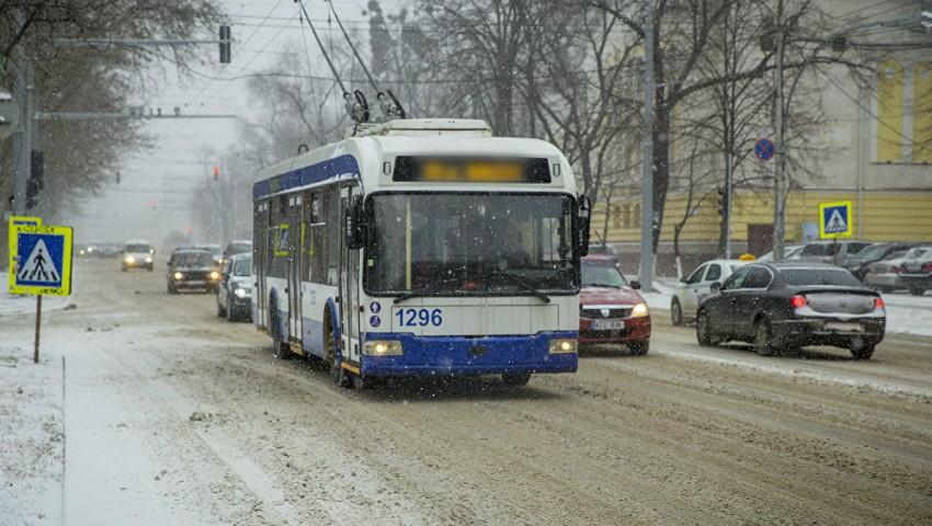 Foto: Câteva linii de troleibuze și-au scurtat traseele de circulație din cauza ninsorii