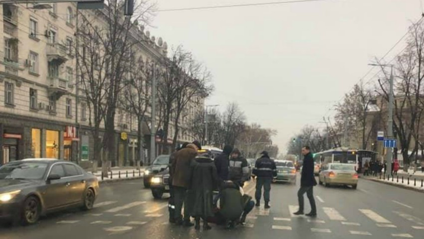 Foto: O femeie a fost lovită pe trecerea de pietoni de lângă Primăria capitalei