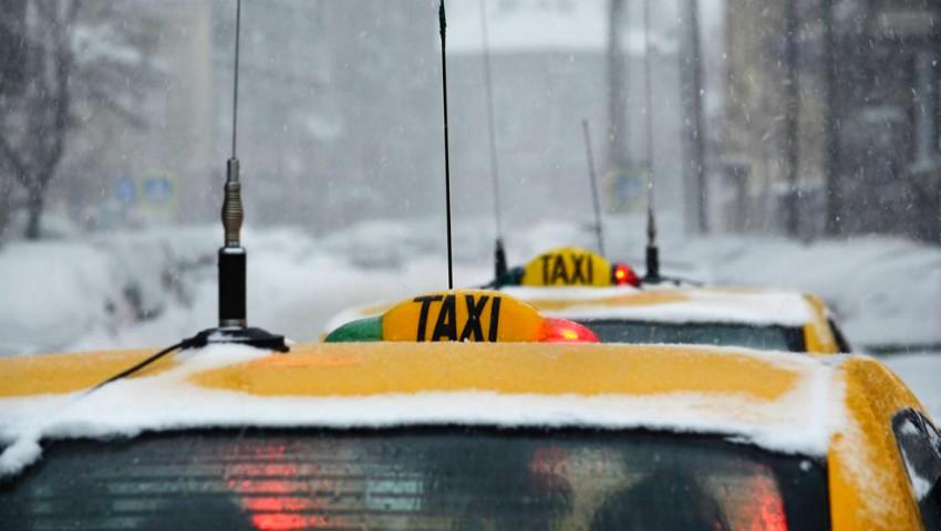 """Foto: Ninsoarea ,,a umflat"""" prețurile la serviciile de taxi. Cât a ajuns să coste o călătorie?"""